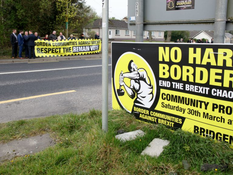 Un petit groupe de manifestants contre la restauration d'une frontière en Irlande après le Brexit près du village irlandais de Bridge End le 18 avril 2019. Photo: Paul Faith/AFP